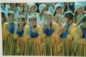 estonia-singers-folk-costumes