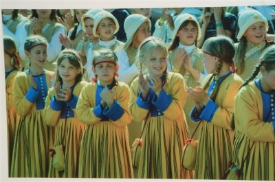 estonia-singers-folk-costumes